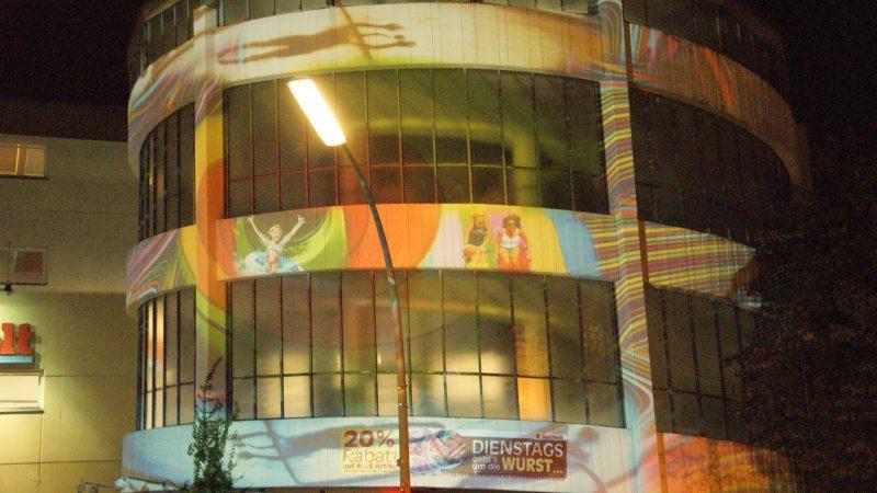 Beleuchtetes Parkhaus an der Goltzstraße