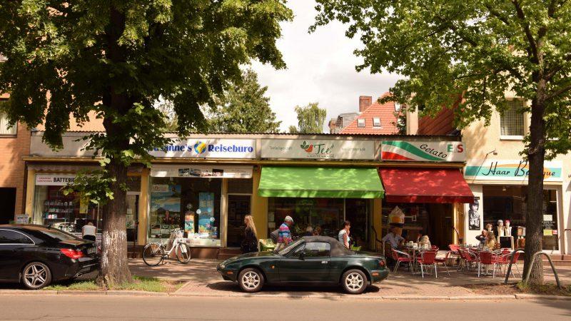 Außenwerbung von Susanne's Reisebüro und Markisen von Tee Lichtenrade und Eiscafé Bacio (Gebietsfondsprojekt 2016)