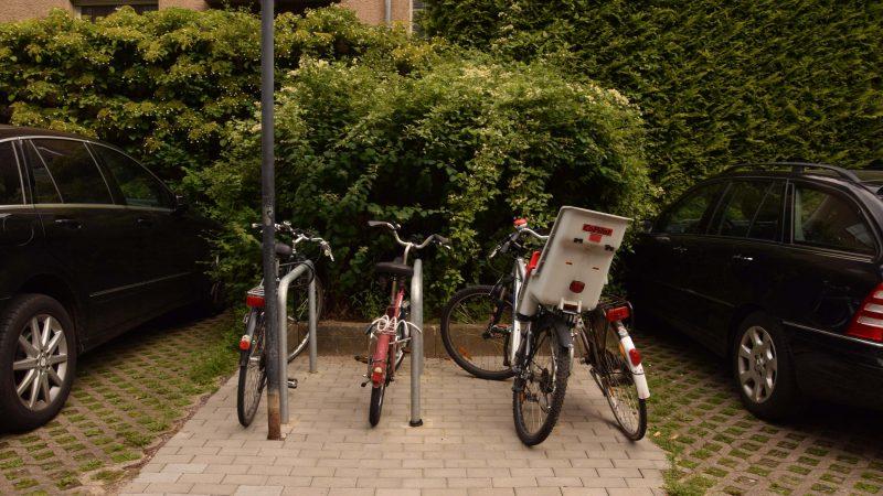 Fahrradabstellplätze auf dem Hof des Ärztehauses in der Bahnhofstraße 9 (Gebietsfondsprojekt 2016)