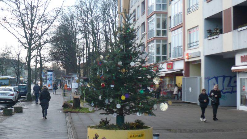 Von den Schulen geschmückte Weihnachtsbäume in der Bahnhofstraße (Gebietsfondsprojekt 2017)