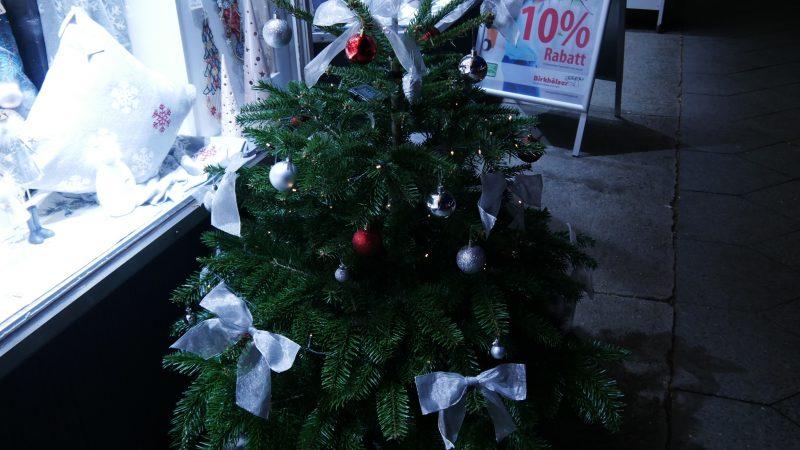 Geschmückter Weihnachtsbaum in der Bahnhofstraße (Gebietsfondsprojekt 2018)