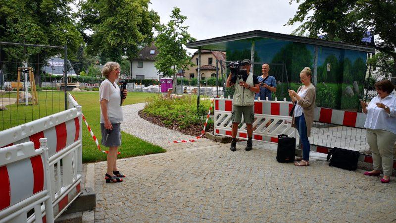 Bezirksstadträtin Christiane Heiß eröffnet den neuen Spielplatz (Quelle: die raumplaner)