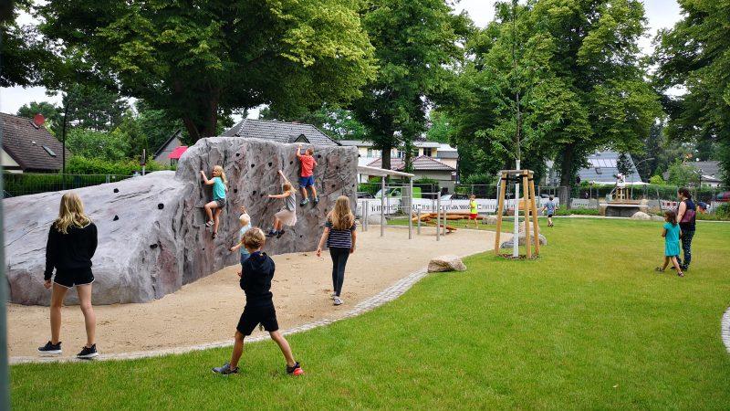 Die ersten Kinder erkunden den neuen Spielplatz (Quelle: die raumplaner) ...