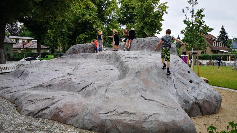 ... und erklimmen den Kletterfelsen (Quelle: die raumplaner)