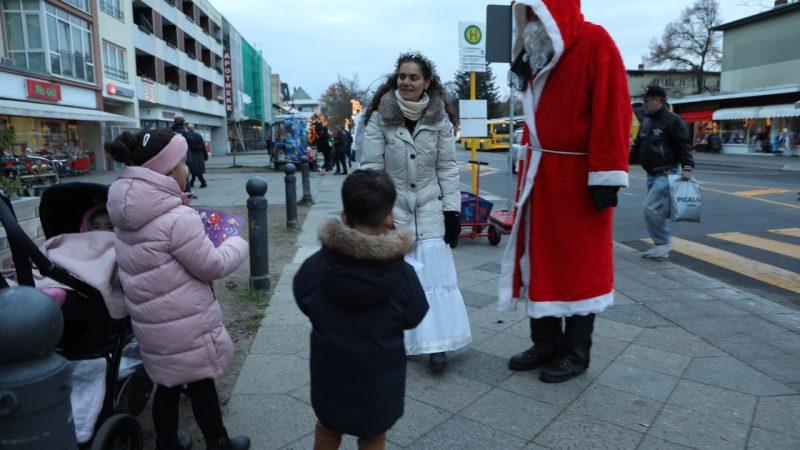 Weihnachtsmann mit Hilfsengel