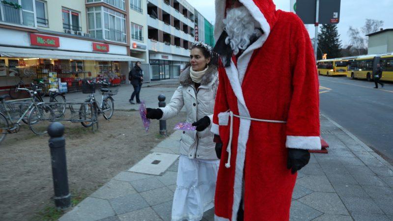 Der Adventskalender wird vom Weihnachtsmann und seinem Hilfsengel verteilt (Foto: georg+georg)